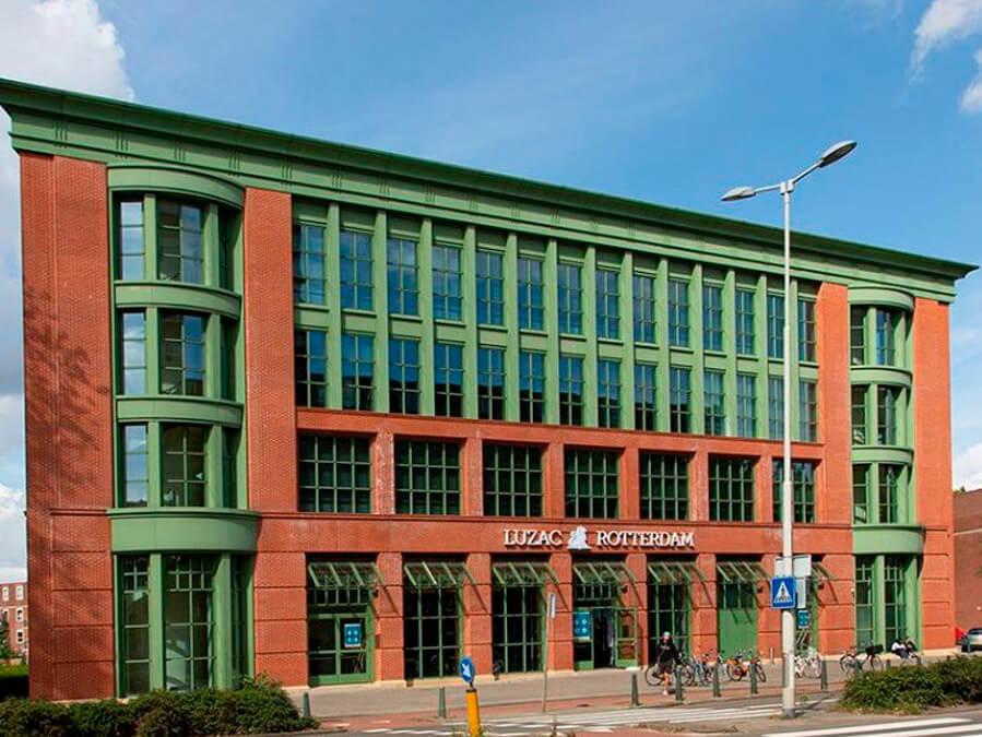 Stijlvolle lichtreclame voor Luzac College Rotterdam